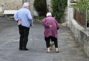 Foto van twee ouderen die lopen