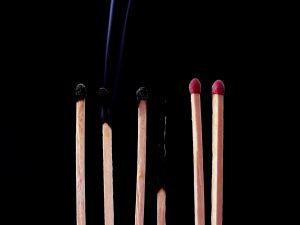 Foto van lucifers die opbranden
