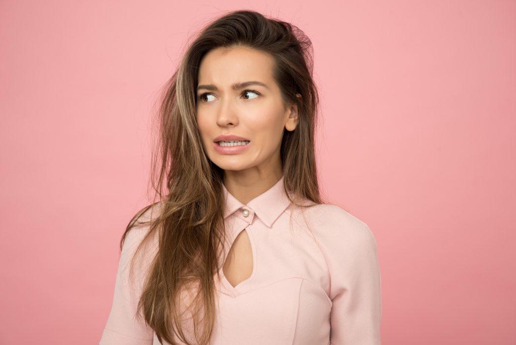 Vrouw twijfelt over botox behandeling